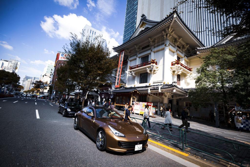 歌舞伎座前で撮影