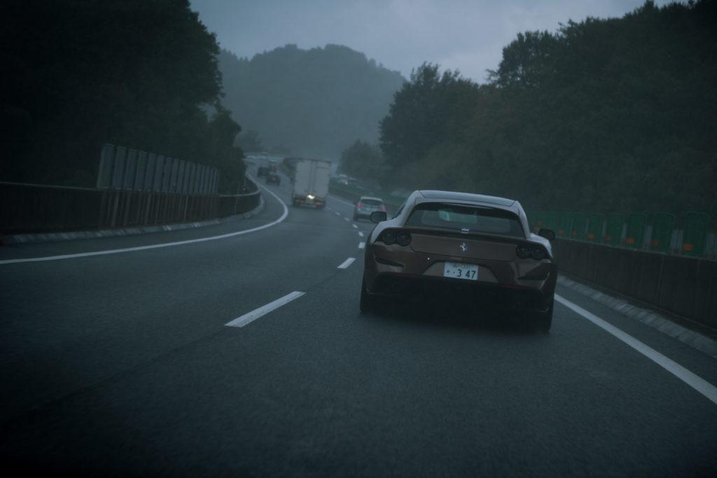 高速道路を走るGTC4ルッソ