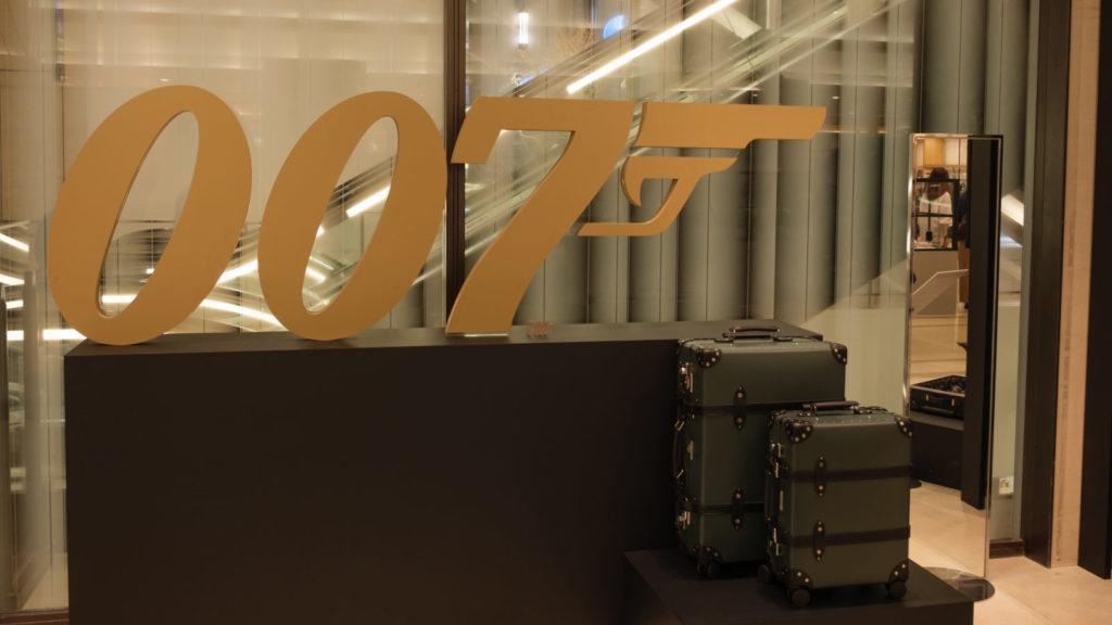 007特大パネルとグローブトロッター